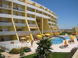 Condominio do Mar is een besloten appartementencomplex met alle luxe en comfort zoals: liften,  midgetgolfbaan, privé zwembad met ligstoelen en parasols.  U kijkt uit over zee of op de gezellige jachthaven van Lagos.