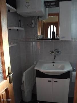De vernieuwde badkamer. Badmeubel. Elektrische boiler.
