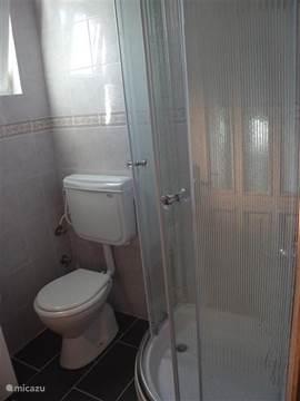De nieuwe douchecabine en 2e toilet