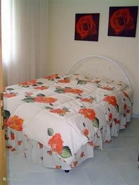 Ouder slaapkamer, 2 pers. bed. Dik matras, dus lekker slapen. Rolluiken en verduisteringsgordijnen voor de ramen. Je wordt nooit weer wakker....
