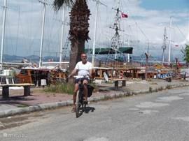 Op de fiets naar de haven van Guzelcamli, ongeveer 6 km.
