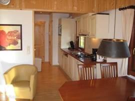 De keuken gezien vanuit de woonkamer