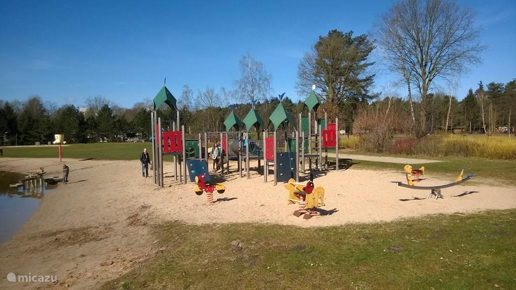 Grote speeltuin met springkussen bij de recreatievijver. Net achter deze klimtoestellen staat nog een springkussen.