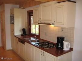 Luxe keuken met alle apparatuur (er staat een Senseo, koffiezetapparaat en een nespresso apparaat)