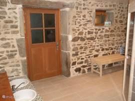 Entree saunaruimte met voetenbaden.