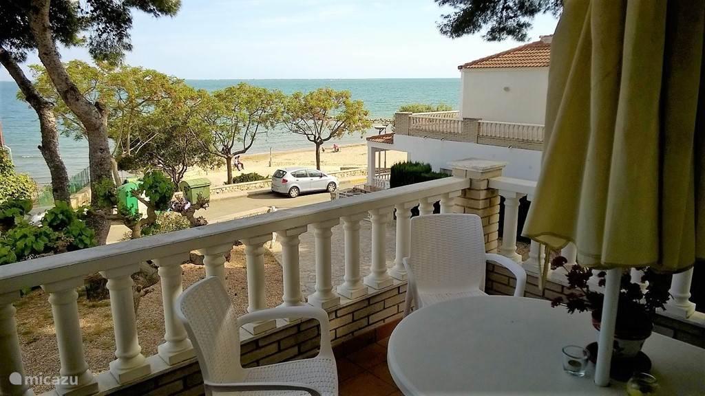Het voorbalcon geeft uitzicht op het strand.  De afstand naar het strand is ongv.30 mtr.