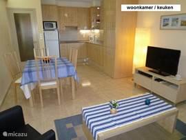 Keuken (compleet uitgerust) met o.a. Wasmachine, machnetron,broodrooster,koffiezetapp. enz.