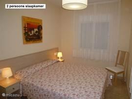 slaapkamer 1. met 2 persoons-bed en opberg/klerenkast