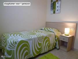 Slaapkamer 2. met 1 persoons-bed  en opberg / klerenkast.
