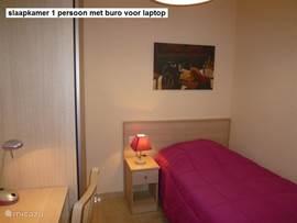 Slaapkamer 3. met 1 persoons-bed, klerenkast en buro voor laptop.
