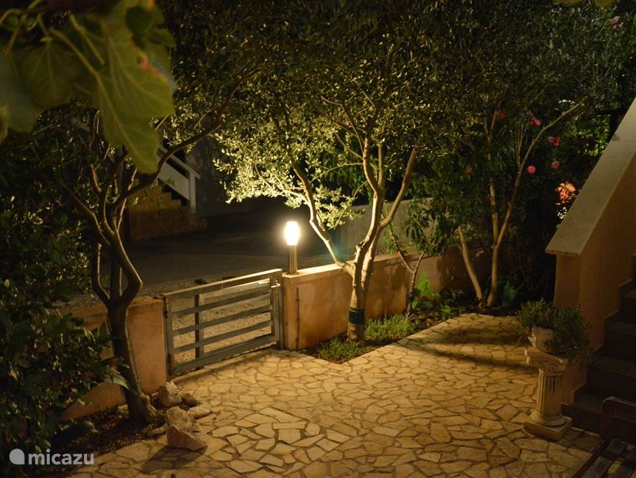At night, the garden around it a special atmosphere.
