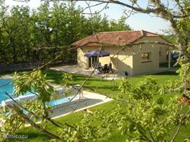 Al COMBEL (2005) is very luxurious detached. Located in a beautiful setting in a fantastic private and open area of ??9000m2, with heated pool. Approximately 15 km south of Cahors in Escazals, 10 minutes from the A20 motorway.