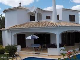 Villa in prachtige bloementuin met palmbomen en ruime privé-pool. Terras rondom + grote BBQ, in nabijheid stranden en golfbanen. Rustige (privacy) ligging, maar snel bij vertier en uitgaans-leven.Beleef hier puur Algarve met alle comfort van thuis.