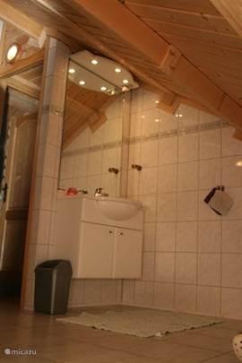 De woning heeft twee badkamers