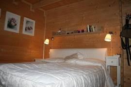 Vooraanzicht van het tweepersoonsbed van de slaapkamer op de benedenverdieping