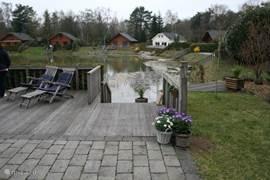 Via het terras en de steiger naar het meertje