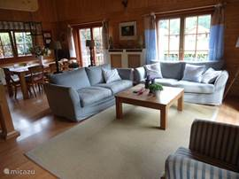 Gezellige zithoek in de woonkamer, voorzien van twee grote banken en een comfortabele ´televisie-stoel´