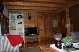 In de woonkamer staat de TV en een home cinema set