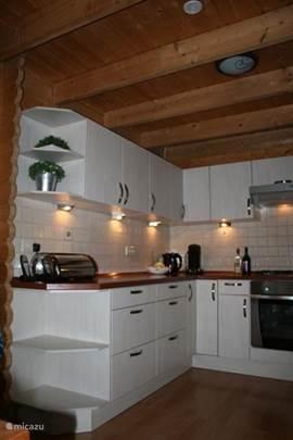 De keuken heeft veel opbergruimte en is voorzien van een oven, magnetron, vaatwasser, koelkast en een diepvries. Verder vele pannen, potten, bakblikken, ovenschalen... Kortom een meer dan compleet ingerichte keuken