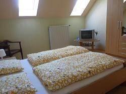2 persoons slaapkamer met tv en buro.