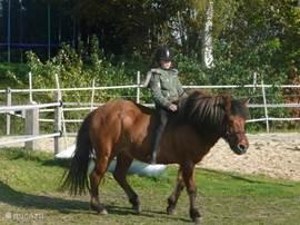 Hier is Anouk aan het rijden op Honi toen ze hier op vakantie was.