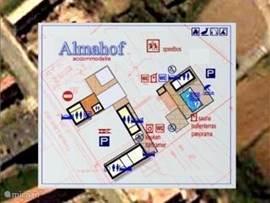 Satellietfoto Google. Almahof is een terrein met asccomodatie voor meerdere mogelijkheden.   Het bovenste stuk links op de plattegrond is het privé-huis en garage van de eigenaren. De rest van het terrein met terrassen en zwembad is het gedeelte voor de gasten.  Af en toe komt er een tuinman wat