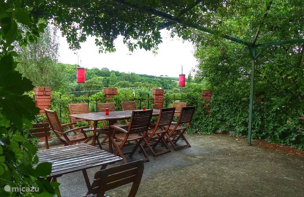 Panorama terras met BBQ en buitenkeuken