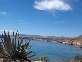 De baai bij Bolnuevo (10 minuten rijden). Hier kunt u geweldige stranden vinden. Het grote strand is voorzien van diverse horecagelegenheden, maar rijdt u door langs de baai, dan komt u op een naturistenstrand uit. Na dit strand zijn diverse (bijna privé-)stranden te vinden.