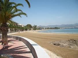Het heerlijk strand van Puerto de Mazarron, op slechts 10 minuten rijden. Parkeren kunt u tegen een voordelig tarief in de parkeergarage onder het strand