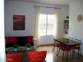 De gezellige woonkamer is voorzien van eettafel met 4 stoelen. zitgedeelten met bank en stoelen. Tv met nederlandse zenders, dvd en radio/cd speler. Ook is de woonkamer voorzien van airco. Een heerlijk plekje om tot rust te komen als het buiten te warm is.