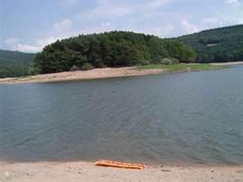 Strandje bij meer Lac de Chaumecon. Op circa 2 km afstand.