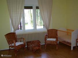 Under the window a rattan seat. The cot is in this bedroom, you can of course move to another bedroom.