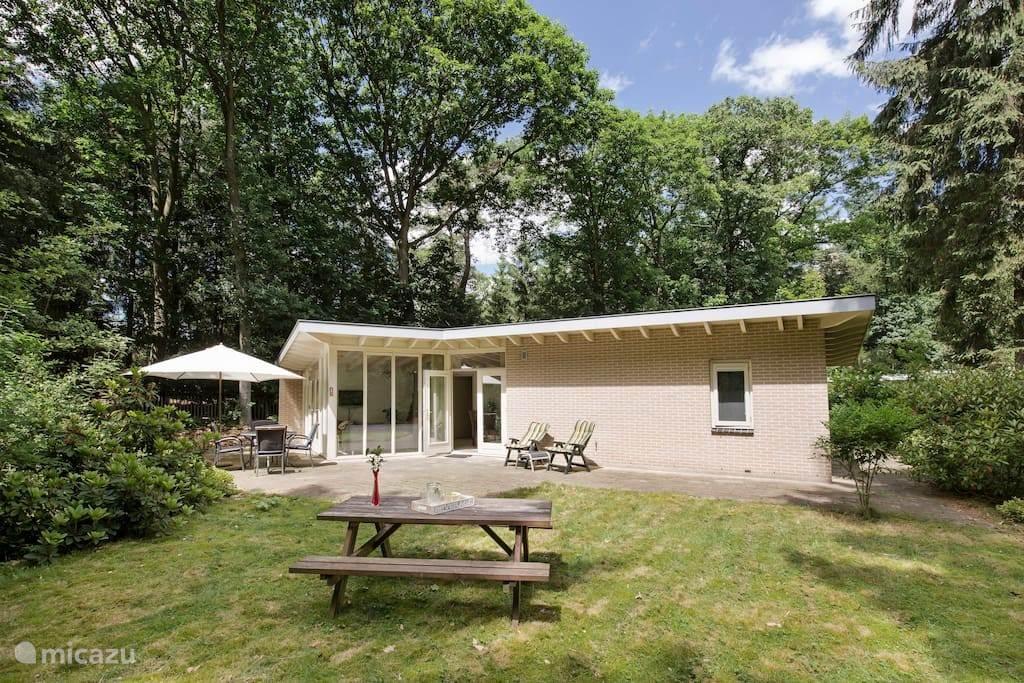 De bungalow gelegen op 2500m2 eigen grond biedt veel privacy.