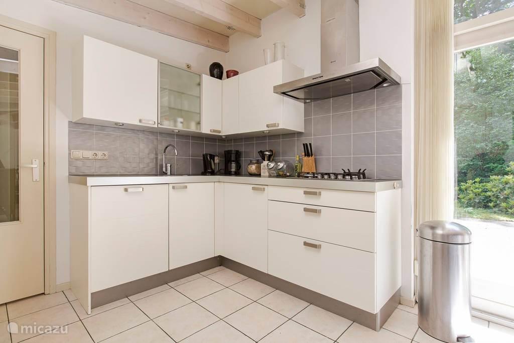De keuken is voorzien van vaatwasser, koelkast, vriezer, combimagnetron en was- droogmachine.