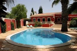 Voorzijde van het huis met zwembad