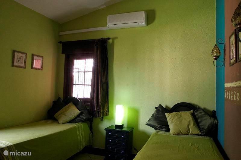 groene slaapkamer met 2 bedden van 90x200