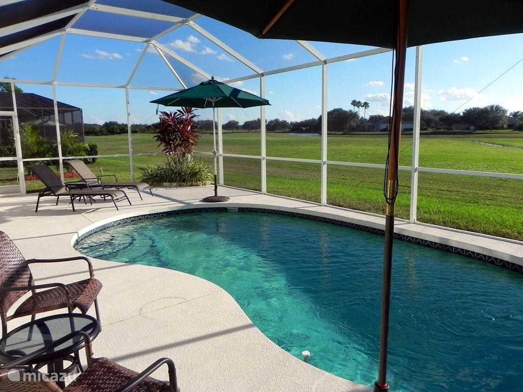 Solar verwarmd zwembad met honderden meters vrij uitzicht.
