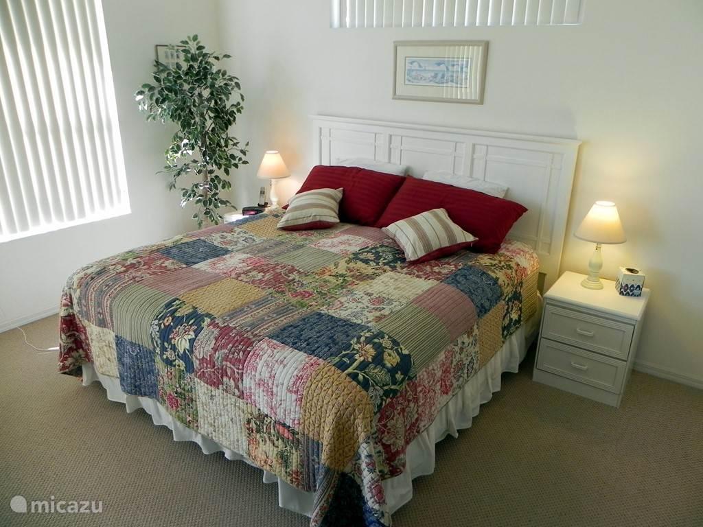 Ouderslaapkamer met king-size bed aan de nog rustiger achterzijde. Een grote walk-in closet verbindt de kamer met de grote badkamer met bad, inloop douche en twee wastafels.