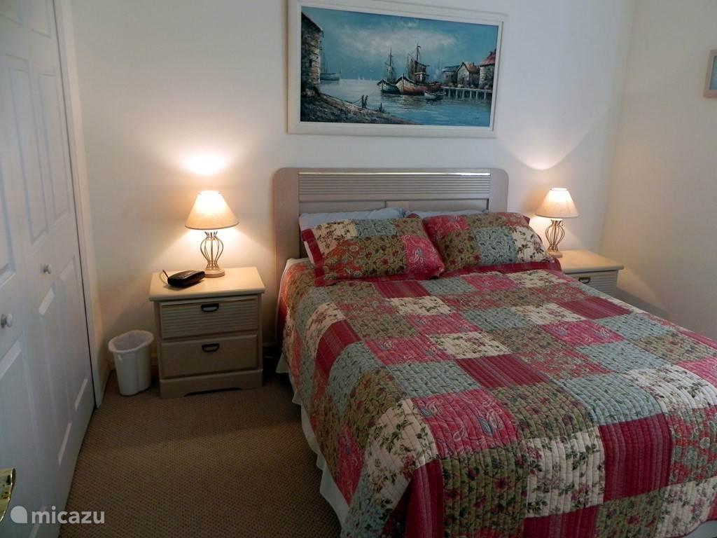 Gasten slaapkamer met een 2 persoons Queen bed en grote hangkast.
