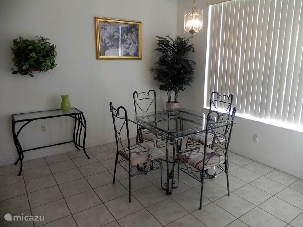 De ontbijthoek, grenzend aan de keuken, geeft toegang tot het pooldeck. Zowel hier als in de woonkamer en ouderslaapkamer houden schuifpuien de koelte (of warmte natuurlijk) binnen.