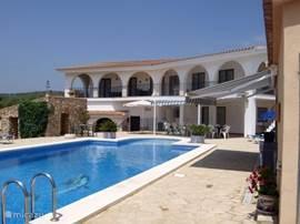 Finca Tierra Roja.  Riant landhuis/villa met veel privacy en groot zwembad 15x6x1.40/2.6m. rustig gelegen 1 km van dorp en 10 km van strand waar uitgaansmogelijkheden en shops voldoende in omgeving aanwezig zijn. Gezellig ingerichte woning met alle comfort en faciliteiten voorzien max.16 personen.