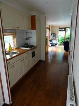 De keuken heeft een keukenblok met wasbak, kookgelegenheid met afzuigkap en combimagnetron. Ook is een combi koelkast, vrieskast aanwezig.