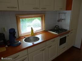 In de keuken is een Senseo, een handcitruspers en een ruime hoeveelheid bestek e.d. aanwezig.
