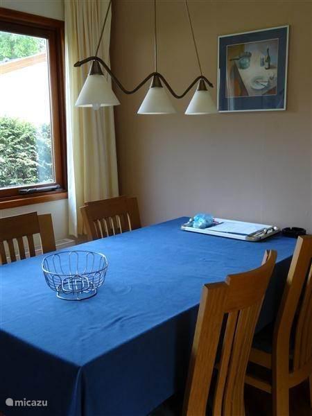 De eettafel heeft 4 stoelen. Een kinderzitje is aanwezig.