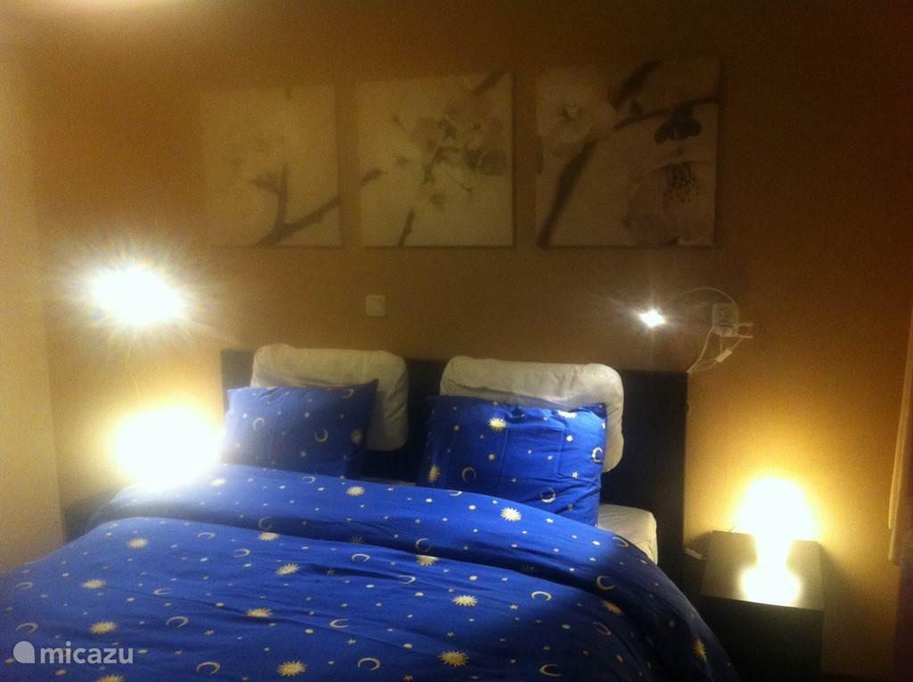 In de ouderslaapkamer staat een tweepersoonsbed. Er is kledingkast met een hanggedeelte en een liggedeelte.