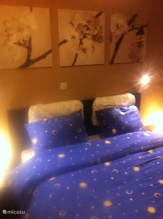 In de ouderslaapkamer staat een tweepersoonsbed.