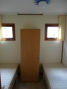 De 2e slaapkamer heeft twee eenpersoonsbedden. Er is een kledngkast.