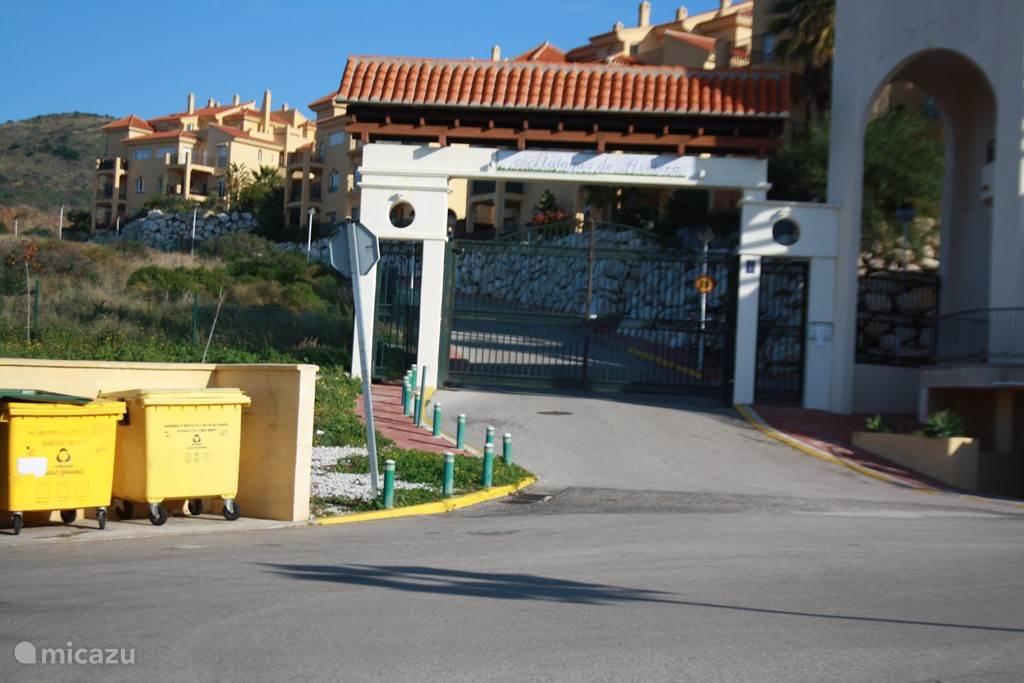 -De ingang van het complex Atalayas de Riviera..