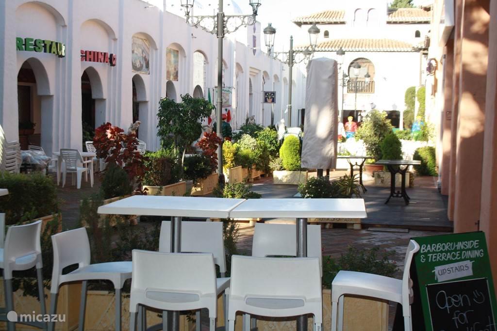 -De binnenplaats van El Zoco met de restaurants.