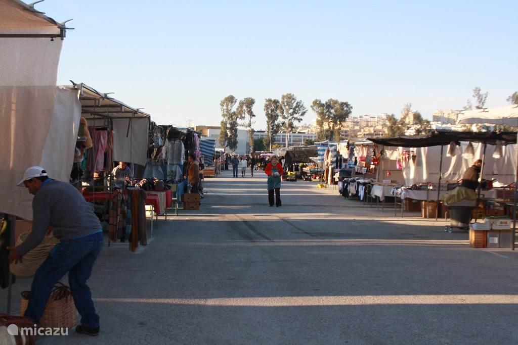 Op woensdag en zaterdagmorgen is er in Cala de mijas markt met kraampjes met kleding, keramiek, groenten en fruit etc.